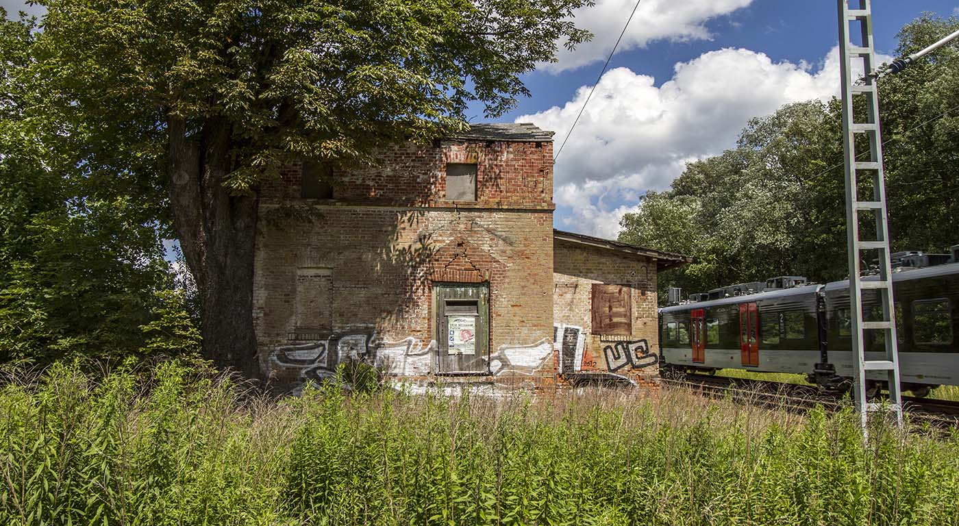 Hus vid järnväg